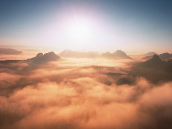 光がさす山の風景